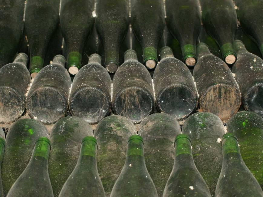 Botellas de vino blanco en reposo