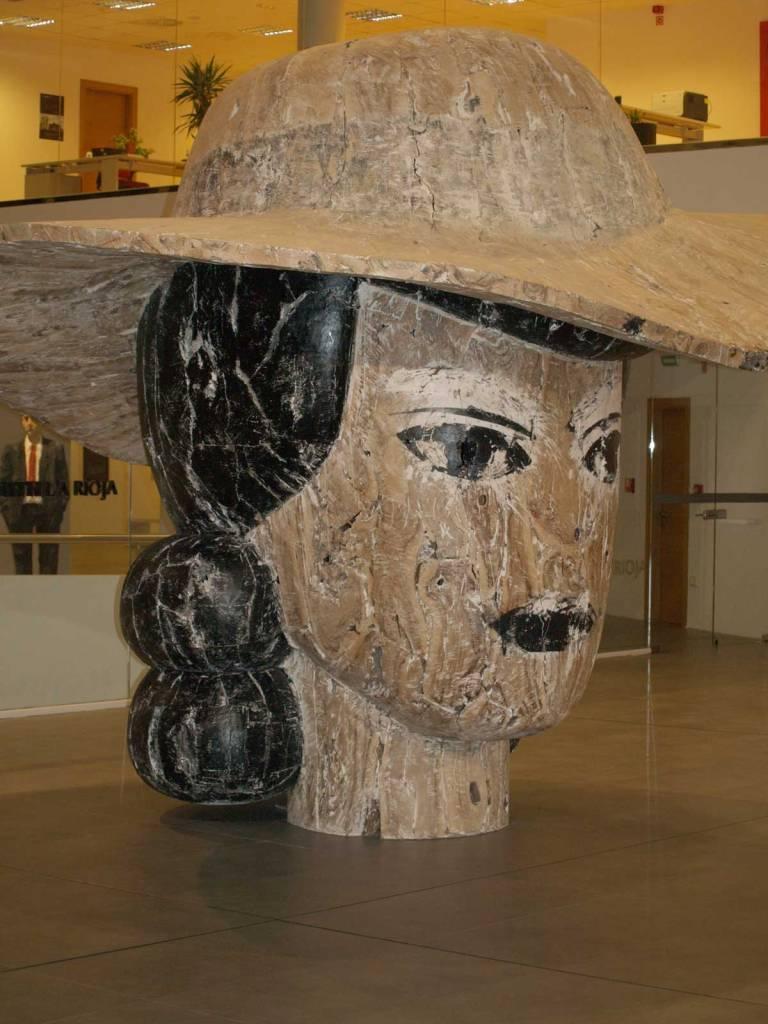 """""""Escultura monumental en madera del artista Manolo Valdés, que se ha convertido en el signo de identidad del museo"""""""